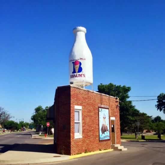 The Milk Bottle Grocery in Oklahoma City ... today with its Braum's milk bottle (November, 2018)